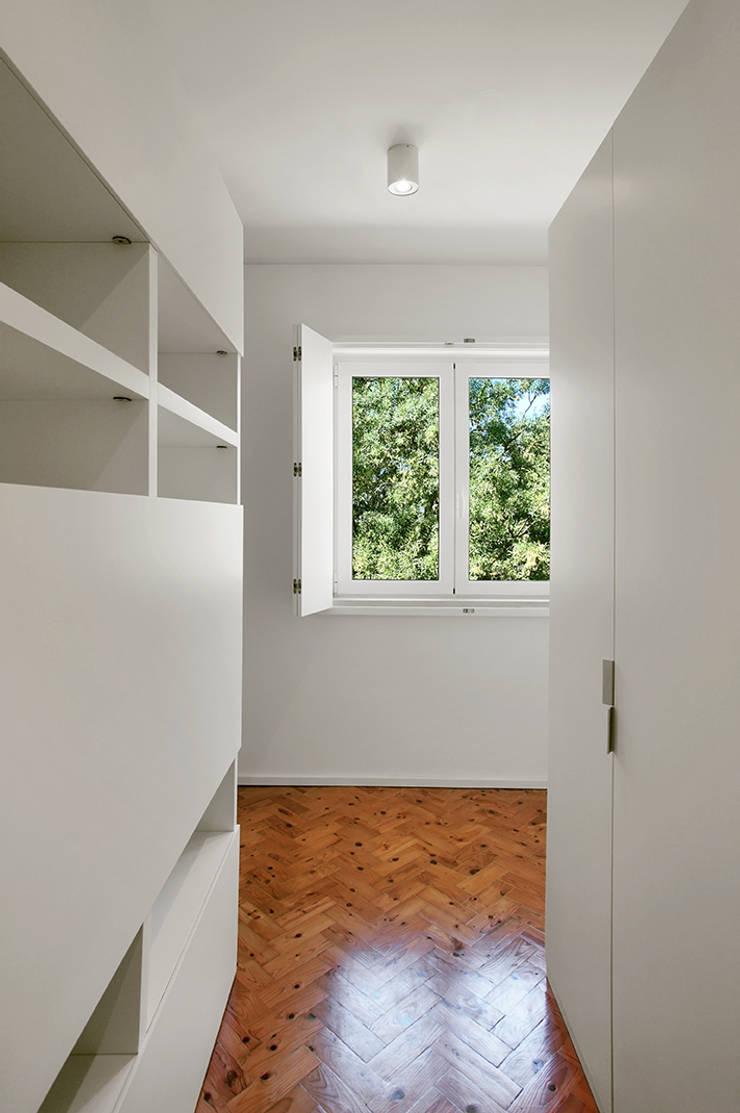 Duplex Olivais _ Reabilitação Arquitetura: Closets  por Tiago Patricio Rodrigues, Arquitectura e Interiores