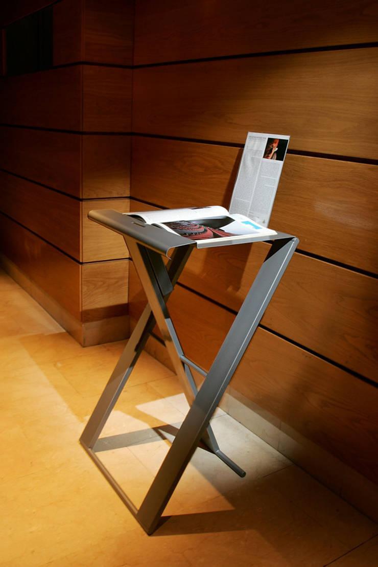 MESA PORTÁTIL PLIA: Oficinas y tiendas de estilo  de Estudio de diseño,  espacios y mobiliario,  Carmen Menéndez