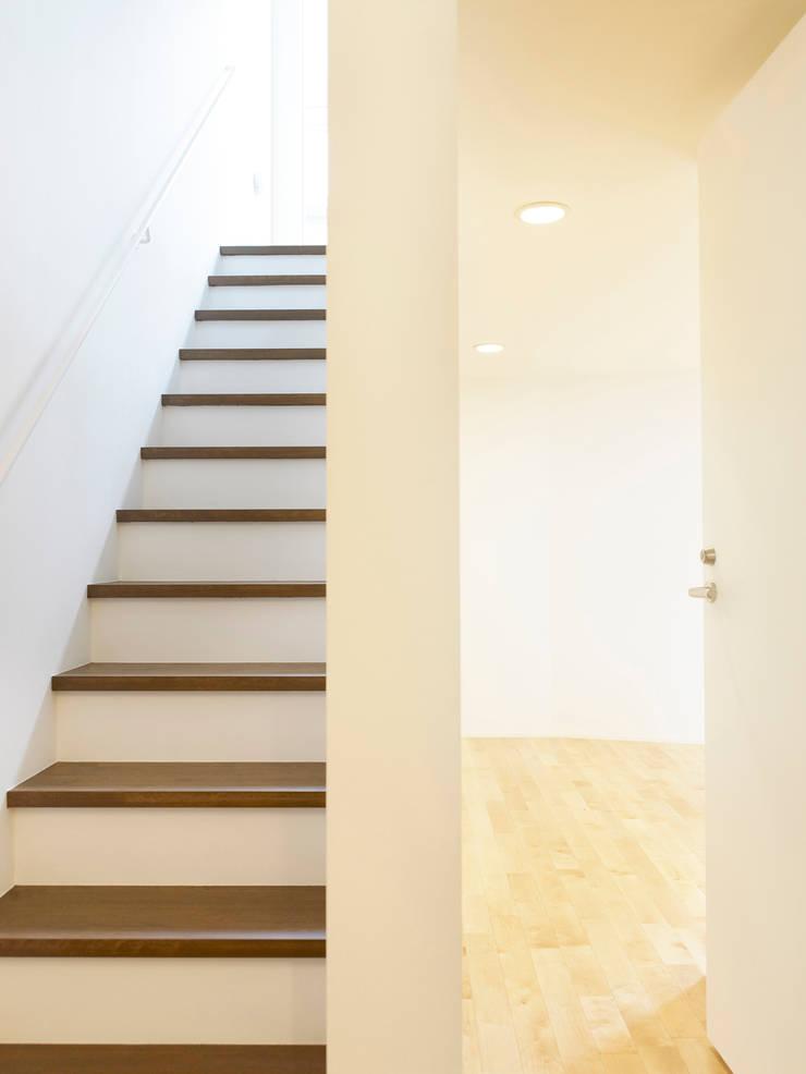 下馬のハウス: 齋藤和哉建築設計事務所が手掛けた廊下 & 玄関です。