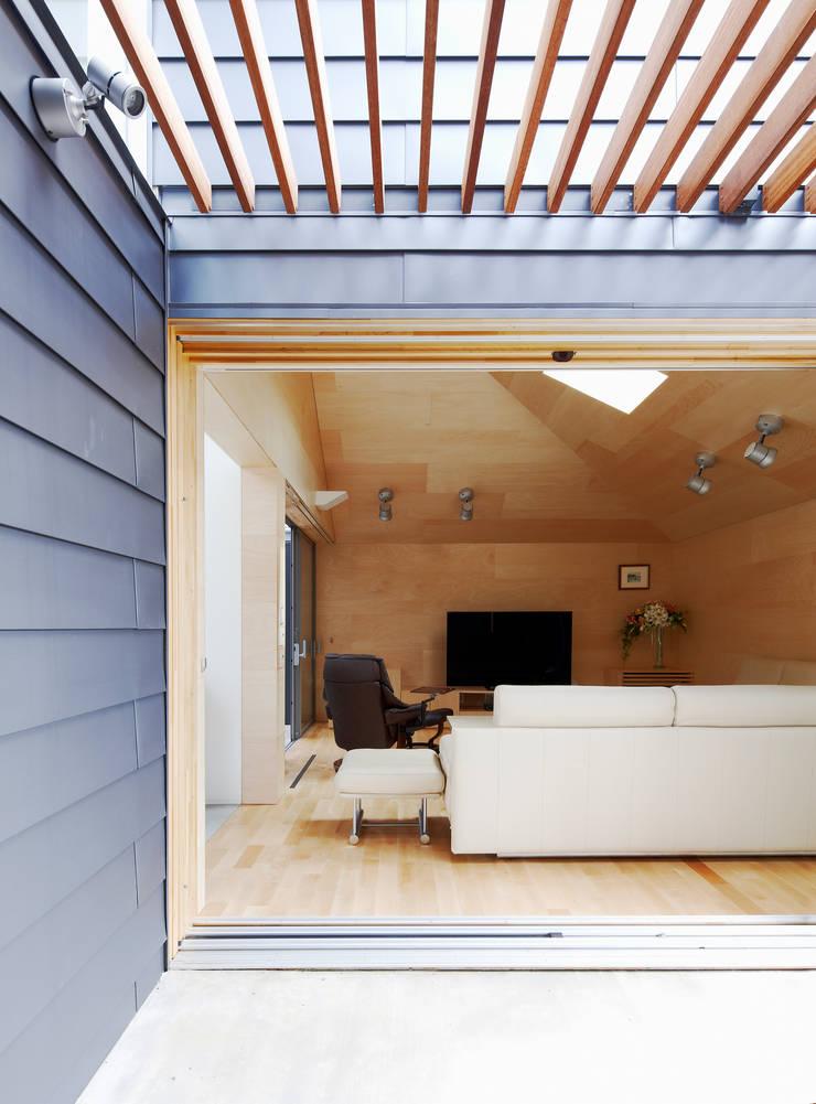 八木山のハウス: 齋藤和哉建築設計事務所が手掛けたリビングです。,モダン