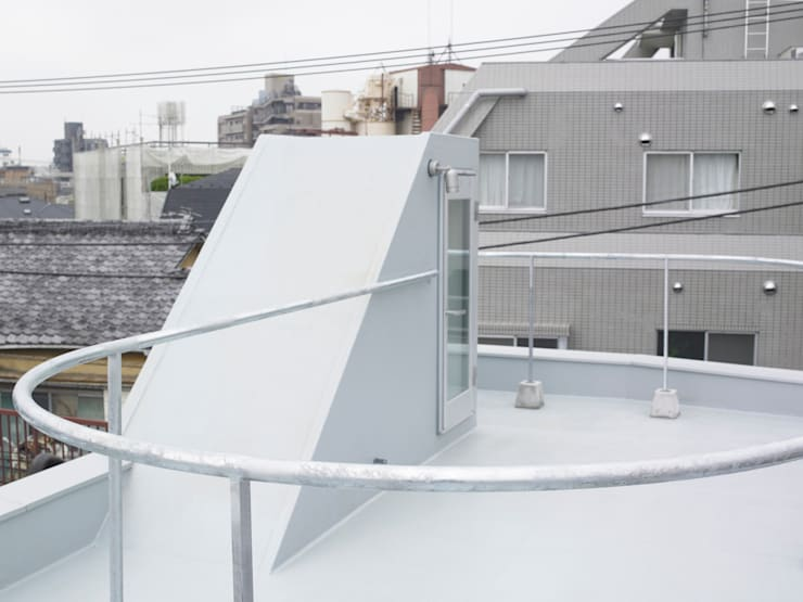 下馬のハウス: 齋藤和哉建築設計事務所が手掛けたテラス・ベランダです。