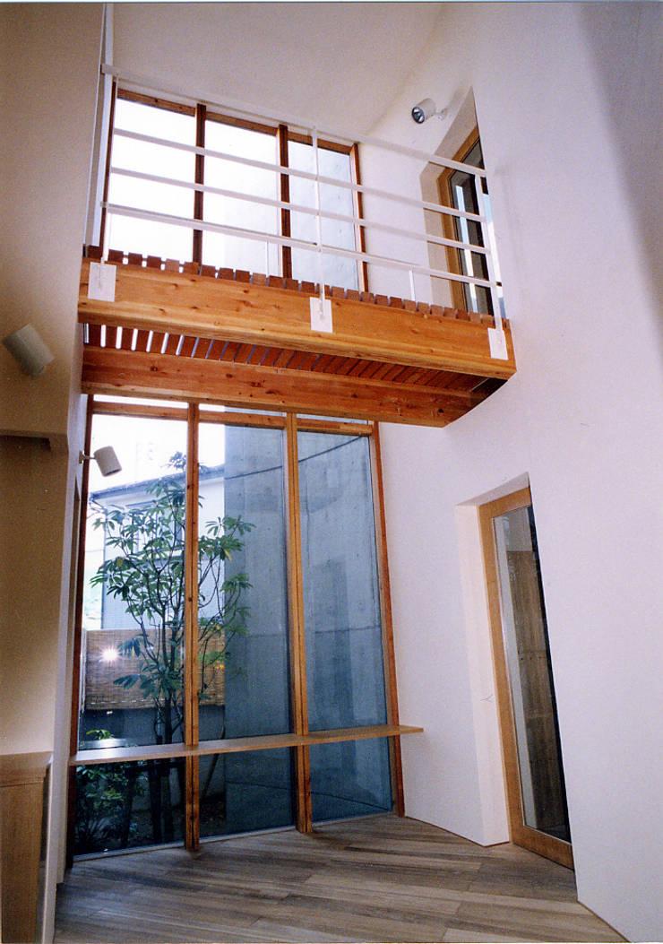雁木のある家: たわら空間設計㈲が手掛けた廊下 & 玄関です。,