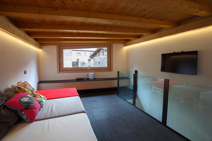 JC's House: Soggiorno in stile in stile Minimalista di BEARprogetti - Architetto Enrico Bellotti