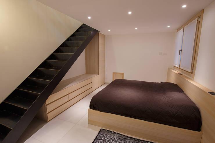 JC's House: Camera da letto in stile in stile Minimalista di BEARprogetti - Architetto Enrico Bellotti