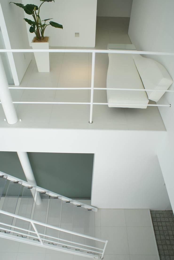 2階のホール: アトリエ T+Kが手掛けた廊下 & 玄関です。