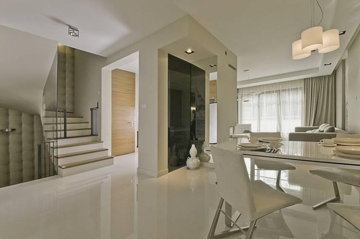 Dom prywatny w Gdynia 2010: styl , w kategorii Korytarz, przedpokój zaprojektowany przez formativ. indywidualne projekty wnętrz
