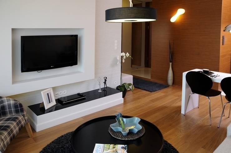 Apartament pokazowy Invest Komfort 2010: styl , w kategorii Salon zaprojektowany przez formativ. indywidualne projekty wnętrz