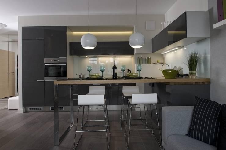 Mieszkanie pokazowe Invest Komfort 2010: styl , w kategorii Jadalnia zaprojektowany przez formativ. indywidualne projekty wnętrz,