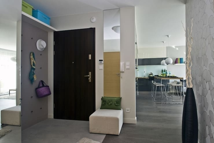 Mieszkanie pokazowe Invest Komfort 2010: styl , w kategorii Korytarz, przedpokój zaprojektowany przez formativ. indywidualne projekty wnętrz,