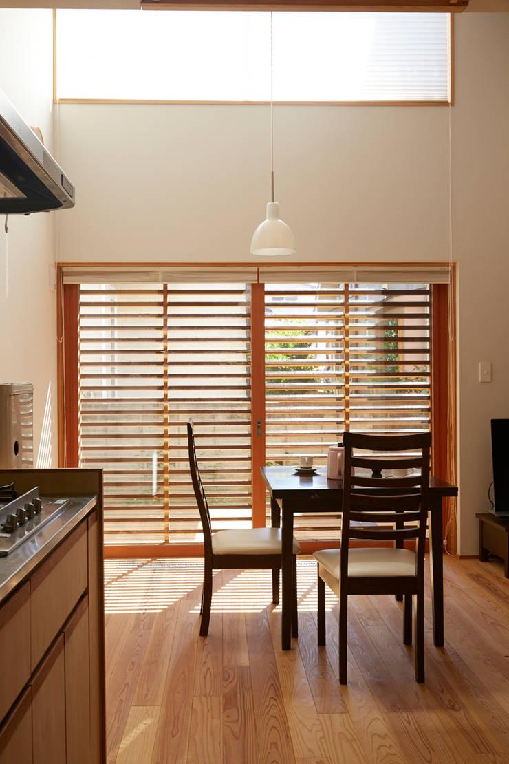 キッチンからダイニングを眺める: 一級建築士事務所co-designstudioが手掛けたダイニングです。