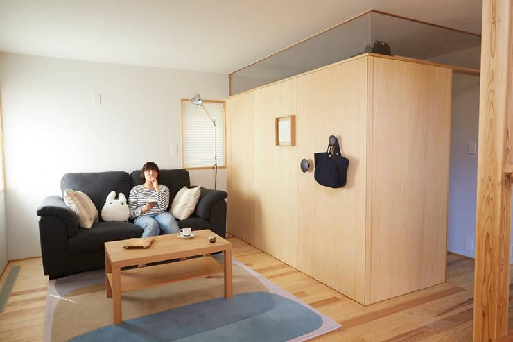 リビング: 一級建築士事務所co-designstudioが手掛けたリビングです。