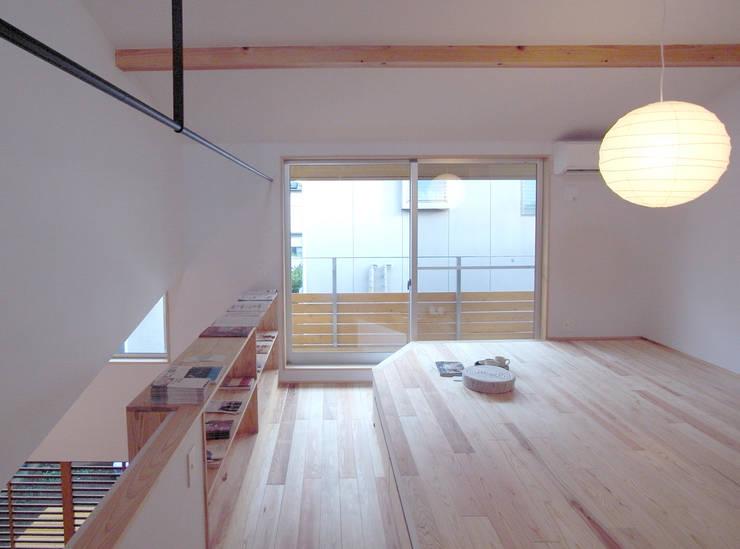 寝間: 一級建築士事務所co-designstudioが手掛けた寝室です。