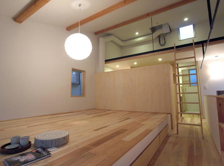 寝室からロフトを眺める: 一級建築士事務所co-designstudioが手掛けた寝室です。