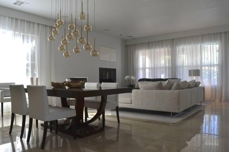 Rick & Garland's House   LAS VEGAS 1.0: Soggiorno in stile  di Interni 44 di Silvia Camerotto