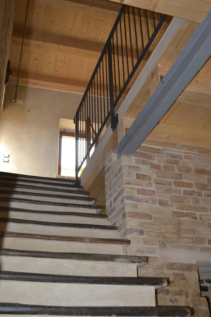 Pasillos, vestíbulos y escaleras de estilo rural de arch.Officina Rural