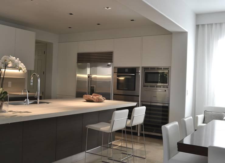 Rick & Garland's House | LAS VEGAS 1.0: Cucina in stile in stile Moderno di Interni 44 di Silvia Camerotto