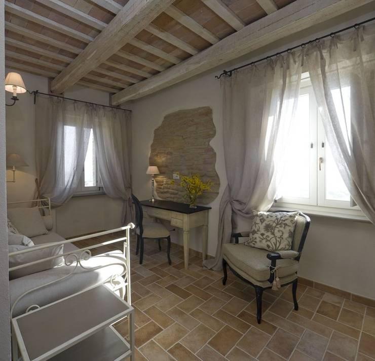 Country Resort: Camera da letto in stile  di Roberto Catalini  Int. Designer