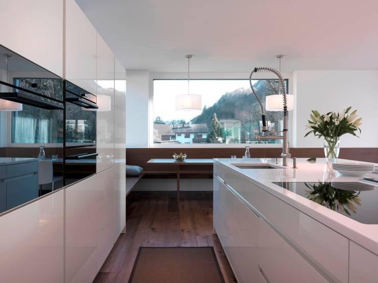 weiß hochglanz: moderne Küche von KÜCHENTREFF M. Liebold