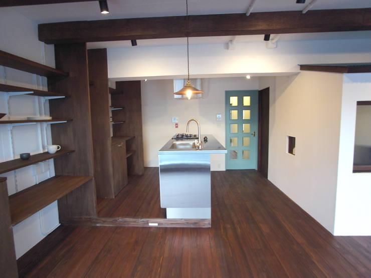ダイニングキッチン: 一級建築士事務所co-designstudioが手掛けたキッチンです。