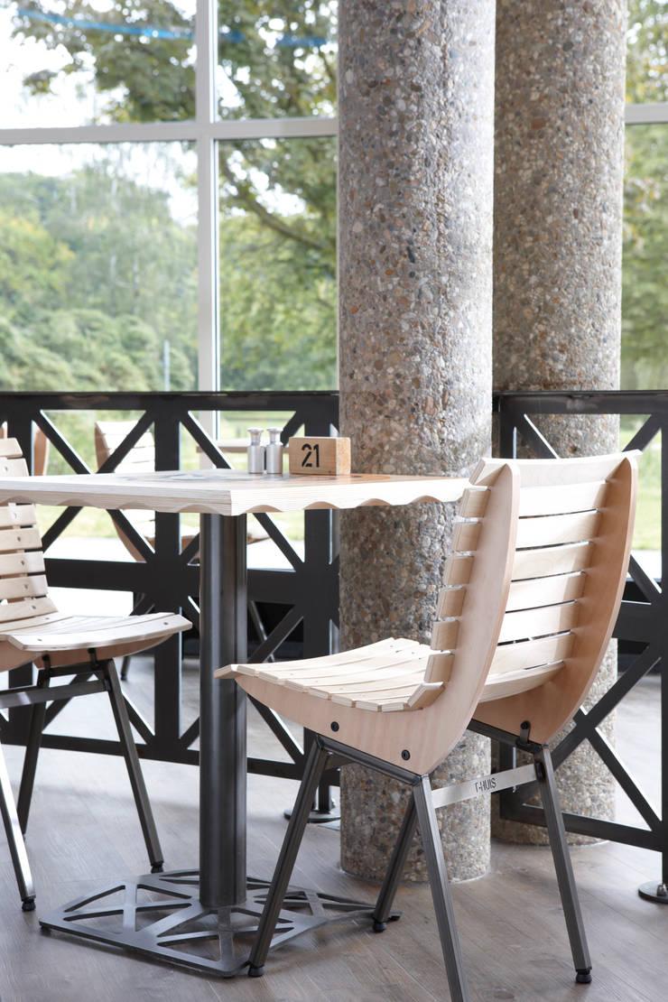 Stoel en tafel T huis:  Eetkamer door Design X Ambacht