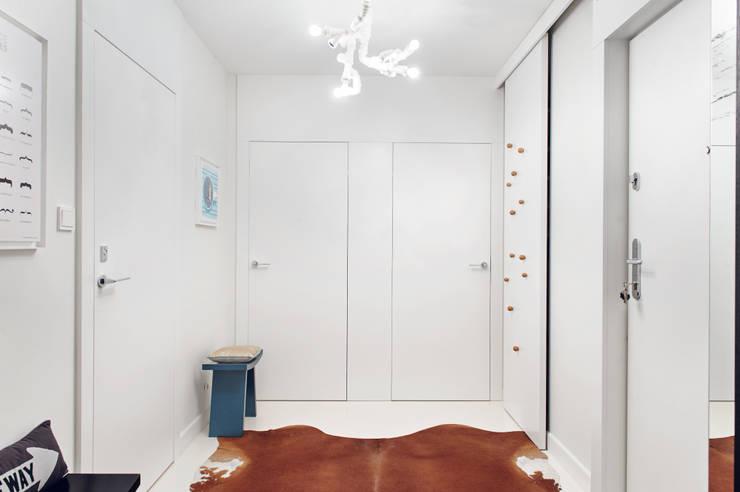 Apartament w Gdyni 2012: styl , w kategorii Korytarz, przedpokój zaprojektowany przez formativ. indywidualne projekty wnętrz