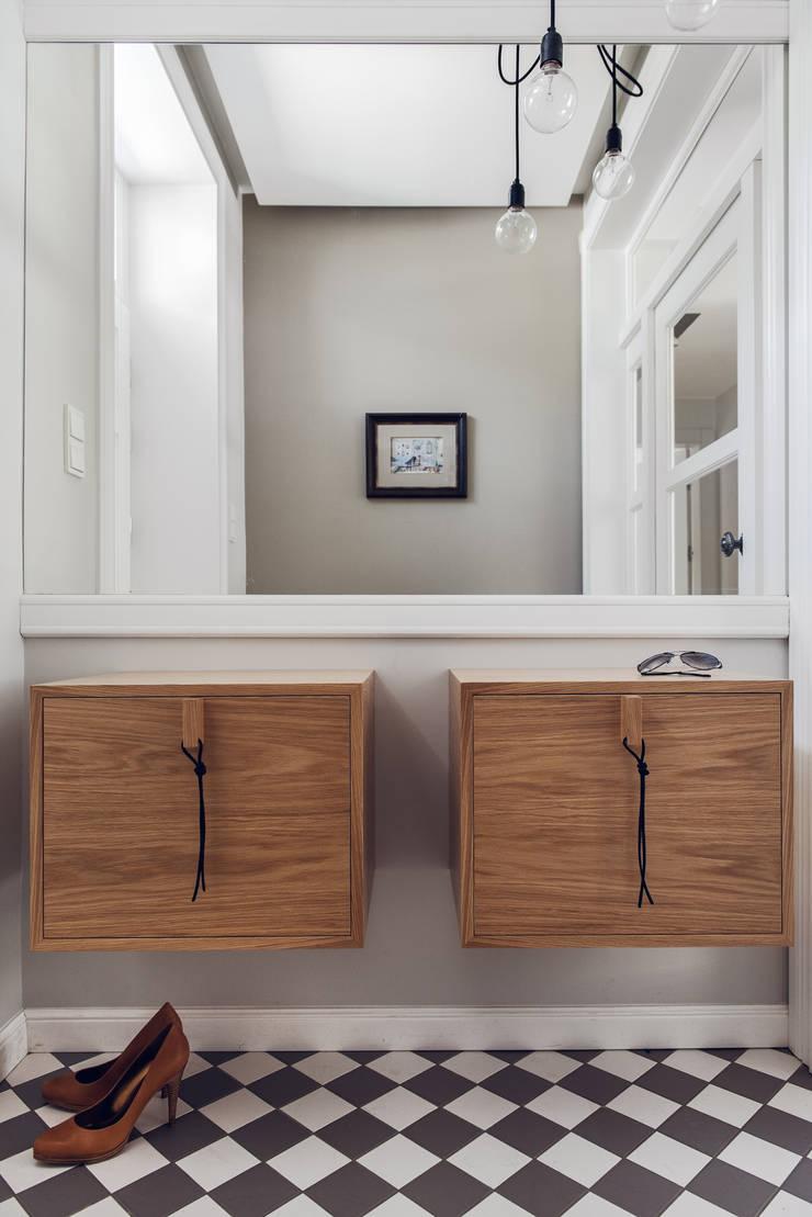 Dom prywatny 2013: styl , w kategorii Korytarz, przedpokój zaprojektowany przez formativ. indywidualne projekty wnętrz,Skandynawski