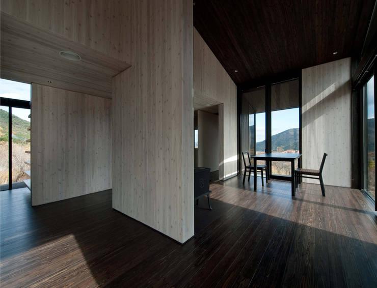 W-HOUSE: 内田貴久建築設計事務所が手掛けたリビングです。