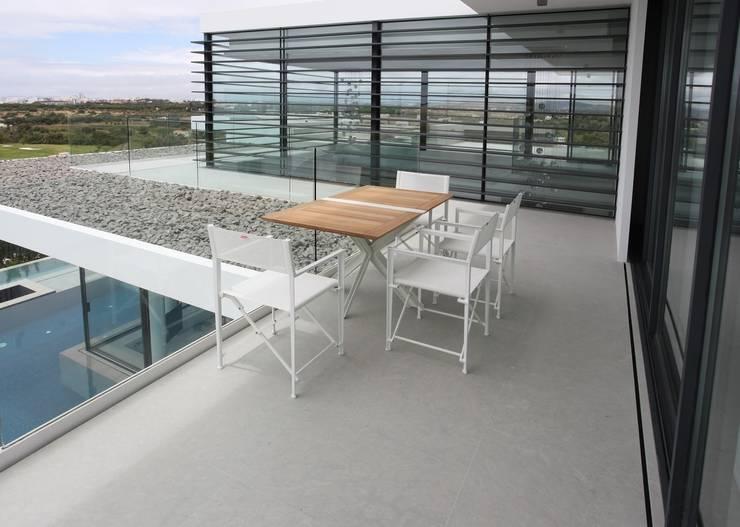 OUTDOOR MÖBEL :  Balkon, Veranda & Terrasse von Bolz Licht & Wohnen