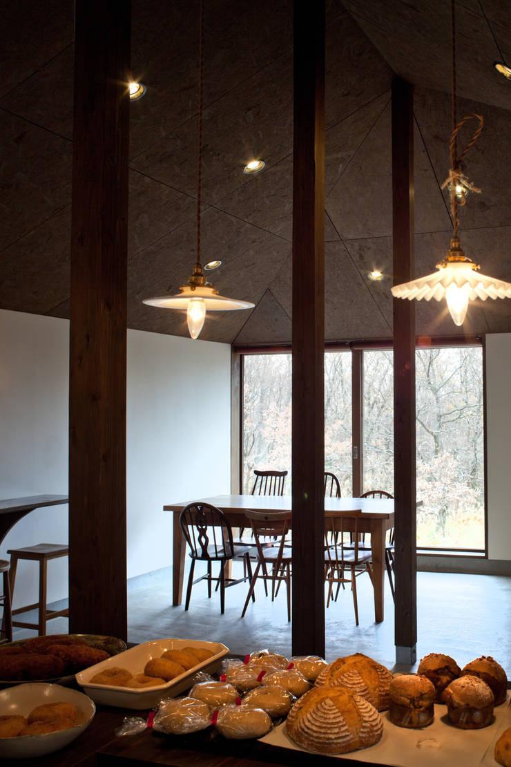 BROWNIE: 内田貴久建築設計事務所が手掛けたリビングです。