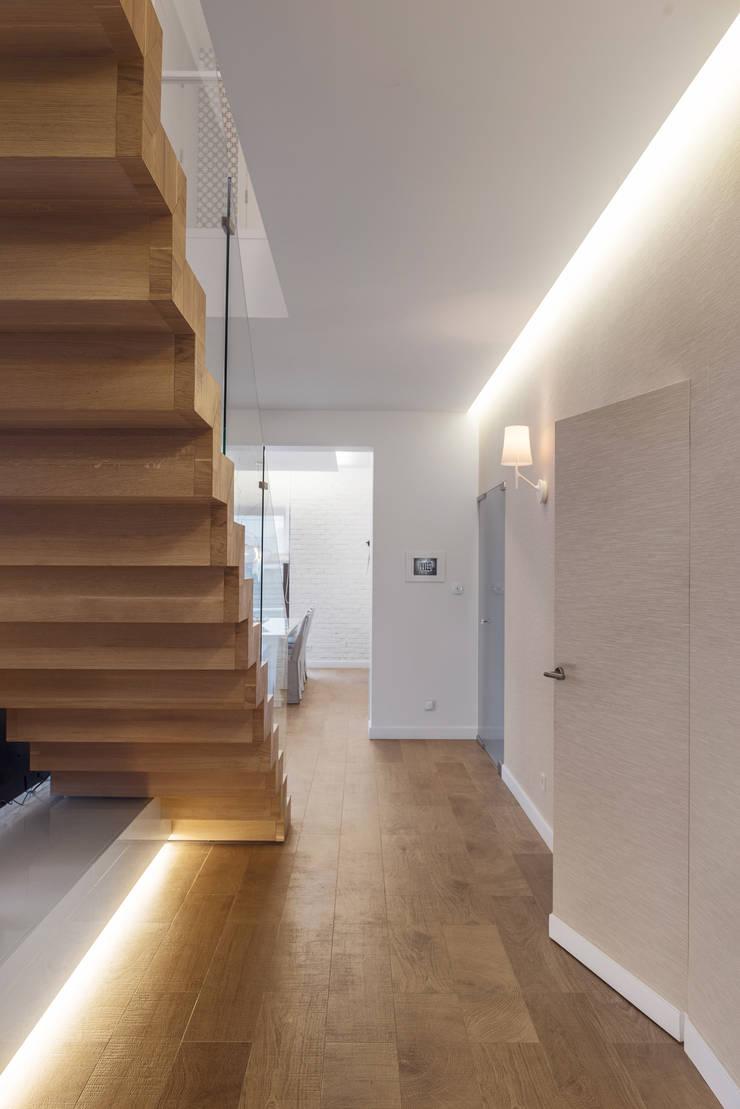 Dom w Gdańsku 2014: styl , w kategorii Korytarz, przedpokój zaprojektowany przez formativ. indywidualne projekty wnętrz