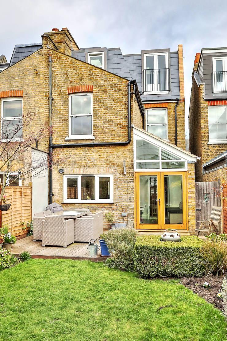 l-shaped loft conversion wimbledon:  Houses by nuspace