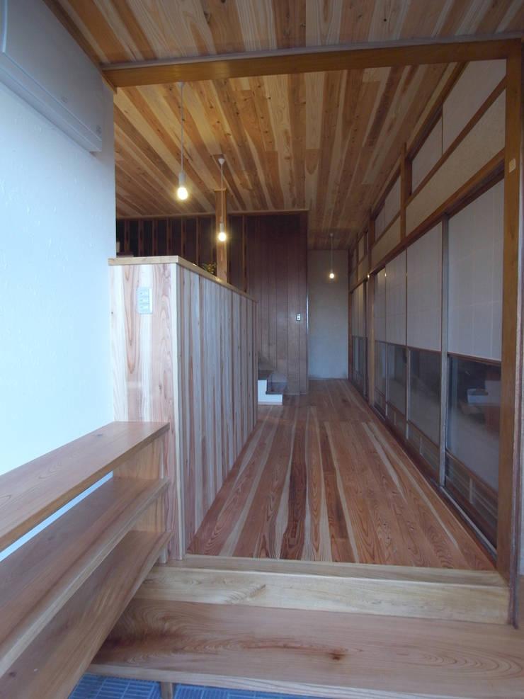 玄関から廊下を眺める: 一級建築士事務所co-designstudioが手掛けた廊下 & 玄関です。