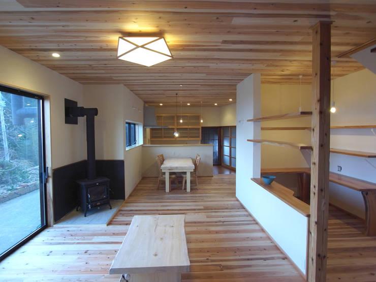 リビングからダイニングを眺める: 一級建築士事務所co-designstudioが手掛けたリビングです。