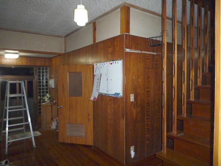解体前廊下から玄関: 一級建築士事務所co-designstudioが手掛けた廊下 & 玄関です。