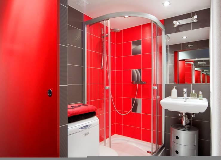 Regał w centrum uwagi - projekt kawalerki: styl , w kategorii Łazienka zaprojektowany przez Studio Projektowe RoRO interior + design,