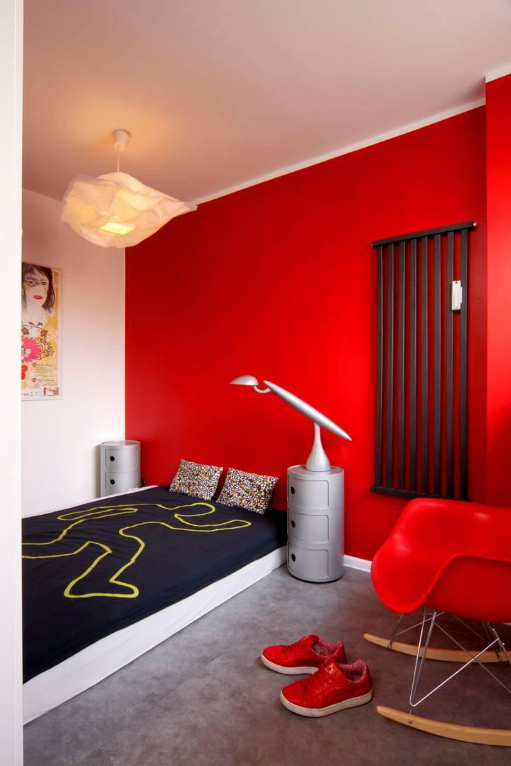 Regał w centrum uwagi – projekt kawalerki: styl , w kategorii Sypialnia zaprojektowany przez Studio Projektowe RoRO interior + design,