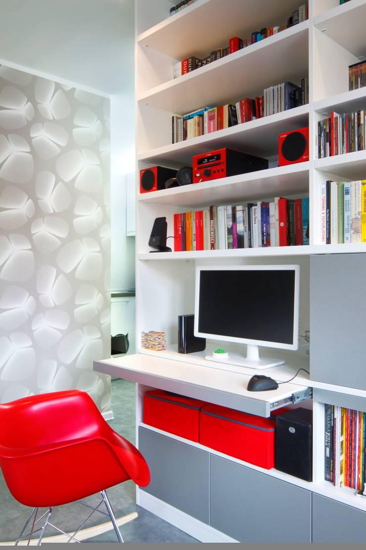 Regał w centrum uwagi – projekt kawalerki: styl , w kategorii Salon zaprojektowany przez Studio Projektowe RoRO interior + design,