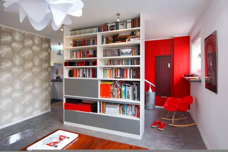Regał w centrum uwagi - projekt kawalerki: styl , w kategorii Salon zaprojektowany przez Studio Projektowe RoRO interior + design