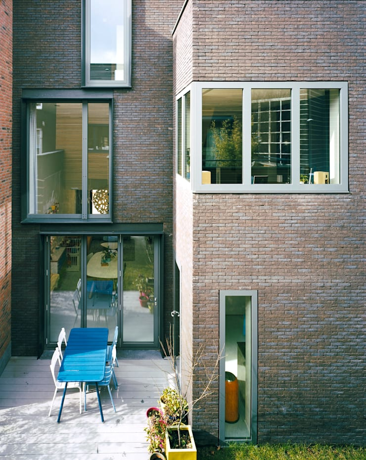 Exterior facing the garden by day:  Houses by Finbarr McComb Architect