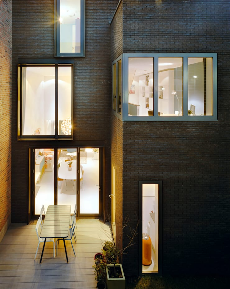 Exterior facing the garden by night:  Houses by Finbarr McComb Architect