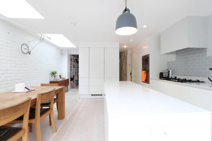 MN Residence:  Kitchen by deDraft Ltd