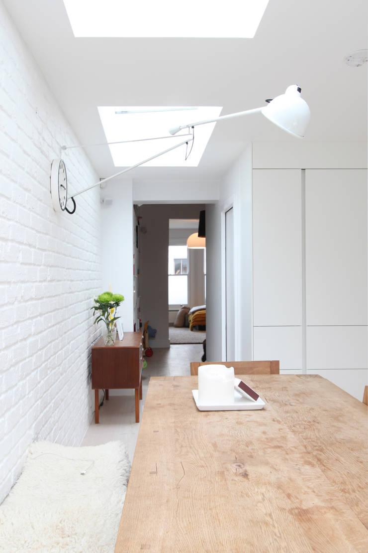 MN Residence:  Dining room by deDraft Ltd