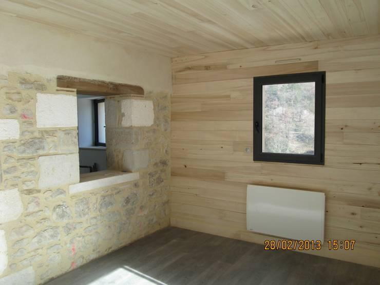 Vue sur le salon: Maisons de style de style Moderne par LIARSOU et CONSTANT architectes DPLG