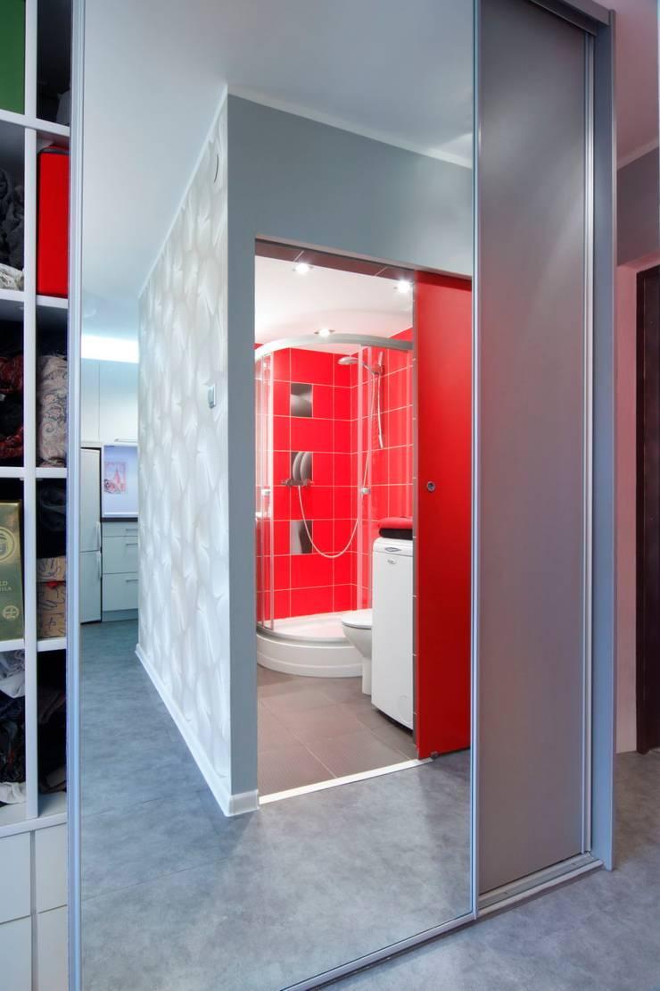 Regał w centrum uwagi – projekt kawalerki: styl , w kategorii Korytarz, przedpokój zaprojektowany przez Studio Projektowe RoRO interior + design,