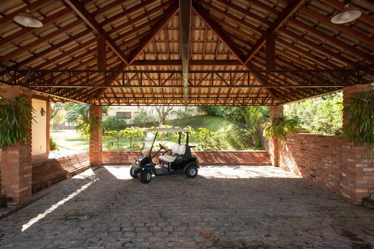 Jaguariuna: Garagens e edículas rústicas por PM Arquitetura