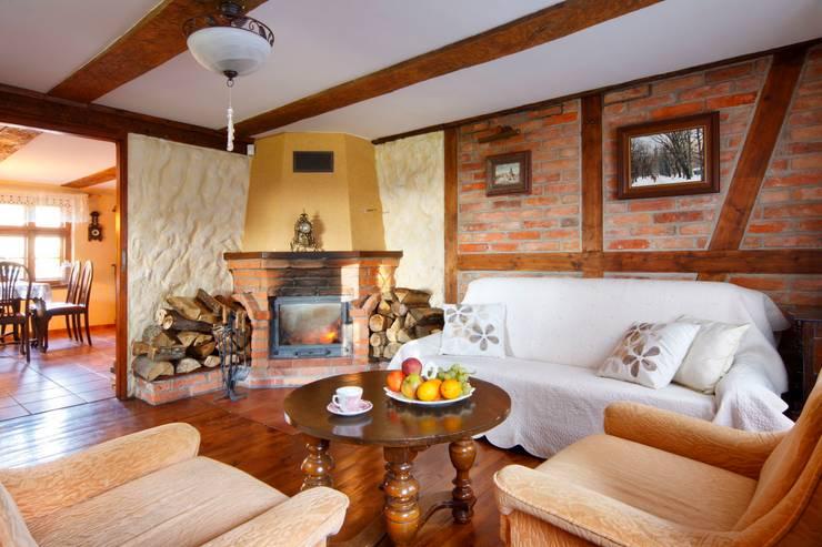 Wiejska chata: styl , w kategorii Salon zaprojektowany przez Studio Projektowe RoRO interior + design