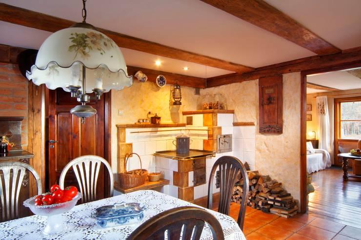 http://czterykaty.pl/czterykaty/5,57640,13138189,Dom__powrot_do_przeszlosci.html?i=0: styl , w kategorii Kuchnia zaprojektowany przez Studio Projektowe RoRO interior + design