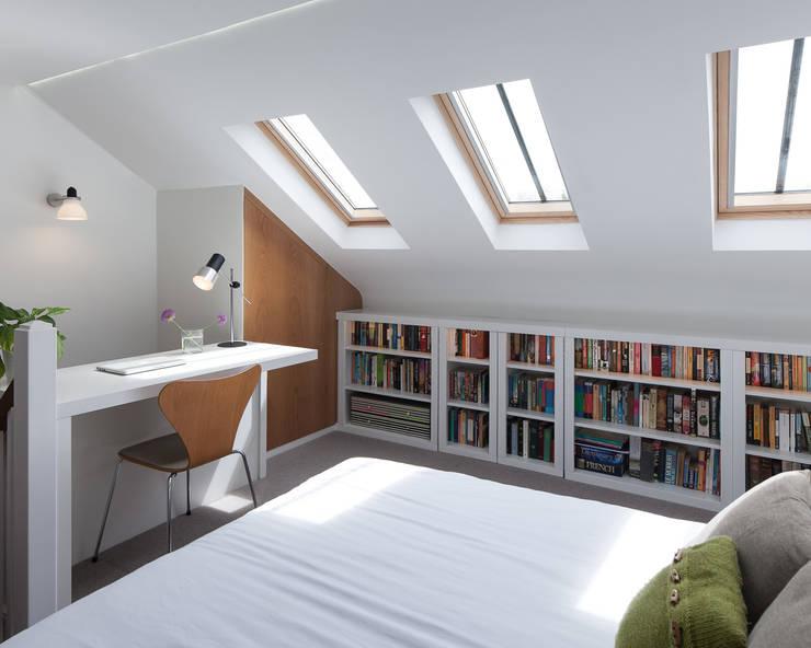 Camera da letto in stile  di APE Architecture & Design Ltd.
