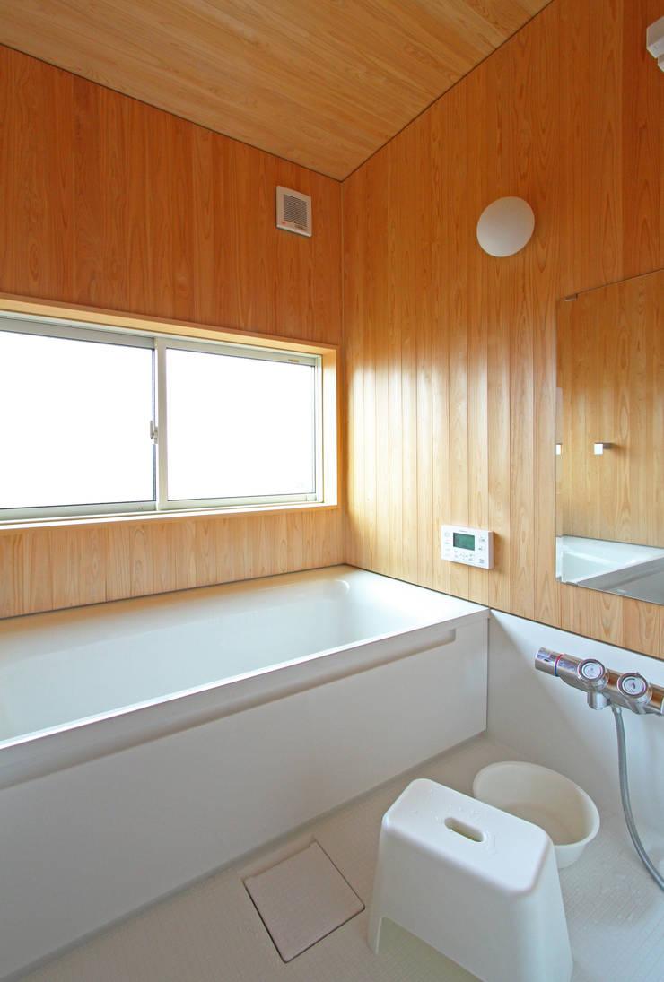 ちょこなん家: 有限会社 コアハウスが手掛けた浴室です。