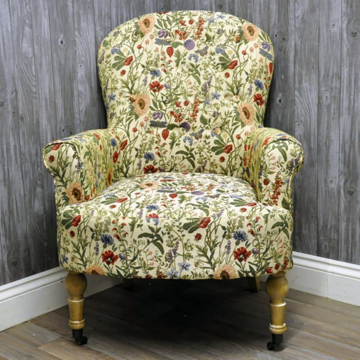 English Flowers Traditional Button Back Arm Chair:  Living room by Acacia Home